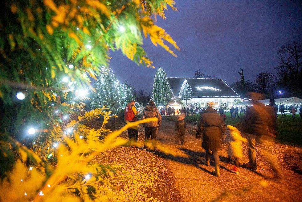 Tisíce žárovek rozsvítily v Josefově na Náchodsku Ježíkovu kancelář a přišli do ní stovky lidí.