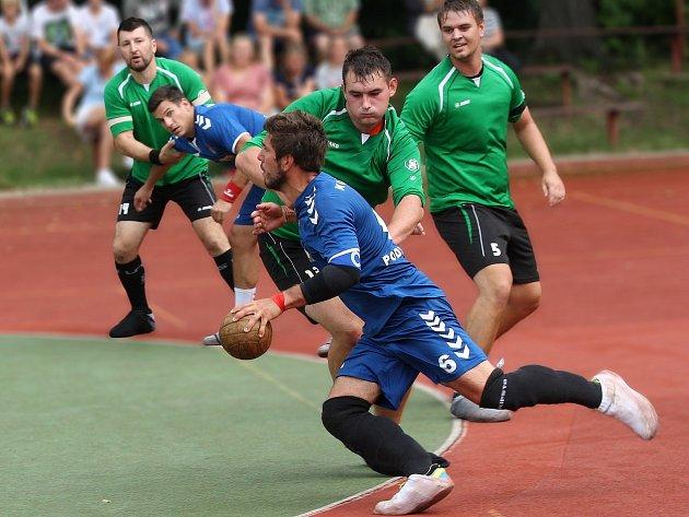 NÁRODNÍ házenkáři Krčína (v zeleném) vstoupili do nové sezóny domácí porážkou se Sokolem Podlázky.