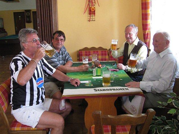 Jedni z prvních návštěvníků , kteří se přišli v den oficiálního otevření Šolcovny osvěžit z nedalekého  hřiště, kde probíhal turnaj fotbalový turnaj.