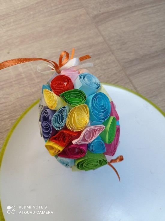 Ozdobená vajíčka s knoflíky pro štěstí a z papírových ruliček poslala Andrea Ševčíková z Jablonce nad Nisou.