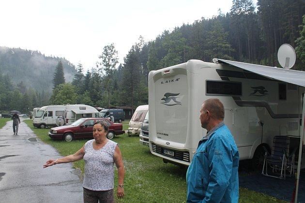 """Když se spustí déšť tak se ukáže, jak je důležité vybrat správné místo pro """"ukotvení"""" karavanu. Napršená vod se pak musí """"vyhnat""""."""