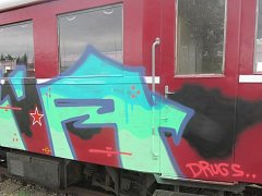 Policisté pátrají po vandalovi, který posprejoval historickou lokomotivu v areálu jaroměřského nádražního muzea.