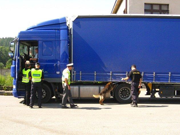 Na bývalých hranicích s Polskem v Náchodě – Bělovsi včera policisté a celníci mimo jiné kontrolovali doklady řidičů a za pomocí psa pátrali po hledaných osobách.
