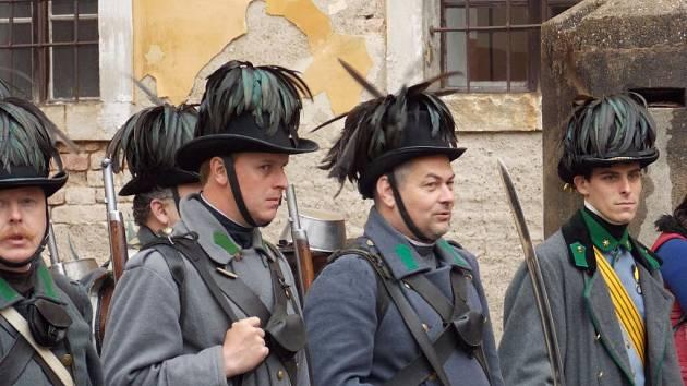 HISTORICKÉ JEDNOTKY zahájily sezonu v pevnostním městě.