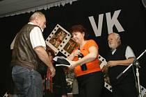 Miroslav Šolc z Police přebírá  čestné uznaní za film Vostatky ve Lhotě.