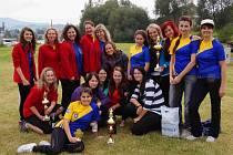 NEJLEPŠÍ ŽENSKÉ TRIO. Společná fotografie tří nejlepších ženských týmů bukovického závodu. Zcela vlevo jsou ženy třetí Lhoty, uprostřed druhé Vršovky a vpravo vítězné Kramolny NTC.