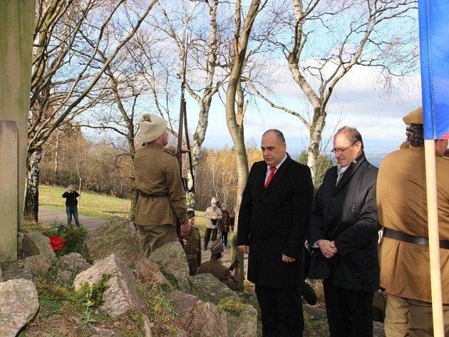 DEN VÁLEČNÝCH VETERÁNŮ si u památníku na Dobrošově připomenuli představitelé města Náchoda společně se zástupci Českého svazu bojovníků za svobodu.