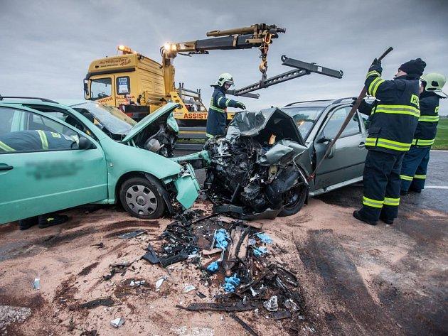Čelní střet dvou automobilů v Nahořanech si vyžádal čtyři zraněné.