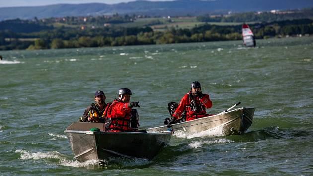 Na Rozkoši se převrátil člun se dvěma muži, pomoci se dočkali včas.