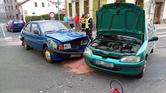 Srážka aut v Červeném Kostelci skončila zraněním.