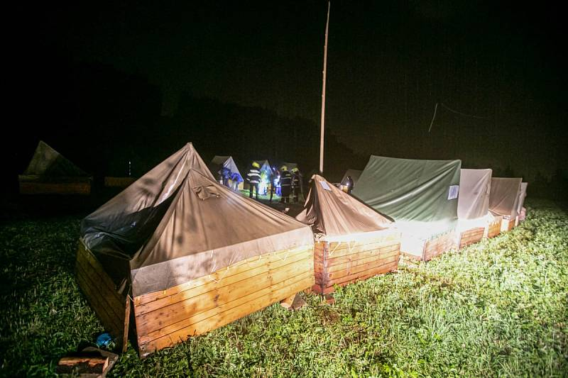 Evakuace dětí z tábora ve Vernéřovicích
