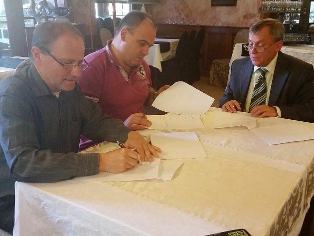PODPIS SMLOUVY o spolupráci na náchodské radnici vpravo Tomáš Šubert, vlevo Jan Birke.