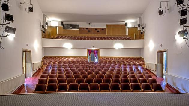 Budova Kolárova divadla funguje jako víceúčelový kulturní stánek, konají se zde divadelní představení, přednášky, besedy apod., příležitostně promítá i kino. Divadlo je též domovskou scénou Divadelního souboru Kolár. Foto: Archiv Policko.cz