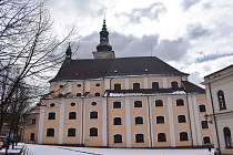 Zvony se dnes v poledne rozezněly i v broumovském kostele sv. Petra a Pavla.