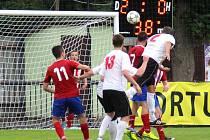 ČERVENOKOSTELECKÝ David Škoda (v bílém s číslem 2) dává třetí gól do sítě Jaroměře.