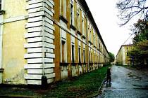 Chátrající nemocnice v Josefově.