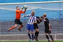 GÓLMAN hradecké Slavie Jan Moník chytá bezpečně míč do svých rukavic.