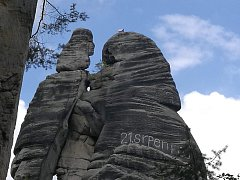 Nápis na jednom z nejznámějších skalním útvaru zvaném Milenci v Adršpašských skalách.