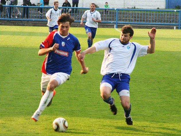 Navázat na minulé domácí vítězné utkání s Bydžovem se pokusí náchodští fotbalisté (v tmavém) zítra proti Velimi.