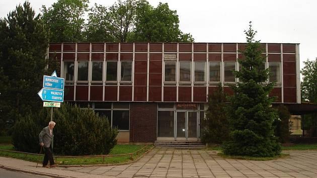 Objekt bývalého Santanu  prodává trutnovská realitní kancelář Dobré bydlo za 2,25 milionu korun.