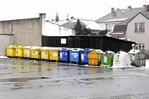 PROBLEMATICKÁ STANOVIŠTĚ kontejnerů na tříděný odpad jsou také u zimního stadionu.