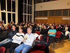 NA PŘEDNÁŠKU největších odborníků na mládežnický fotbal u nás dorazilo do auly ZŠ T.G. Masaryka Náchod na sedm desítek trenérů ze všech koutů republiky.