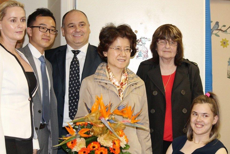 KYTICI VOŇAVÝCH KVĚTIN čínské velvyslankyni za celý Stacionář předala přímo jedna z klientek zařízení.