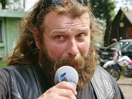 RUDOLF KOTYZA, moderátor srazu motorkářů v kempu u rybníky Brodský v Červeném Kostelci, dal ve volbách svůj hlas straně Věci veřejné.