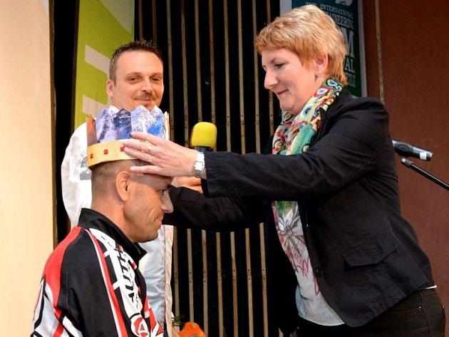 KORUNU HIMÁLAJE vložila ředitelka festivalu Marie Jirmannová v roce 2014 na hlavu Radku Jarošovi. Chystá si podobnou korunovaci i v případě letošního hrdiny Petera Hámora?