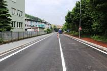 Náchod - Po více než dvou měsících byla dokončená oprava úseku komunikace v ulici Polské a pro osobní vozidla je průjezdná v obou směrech.