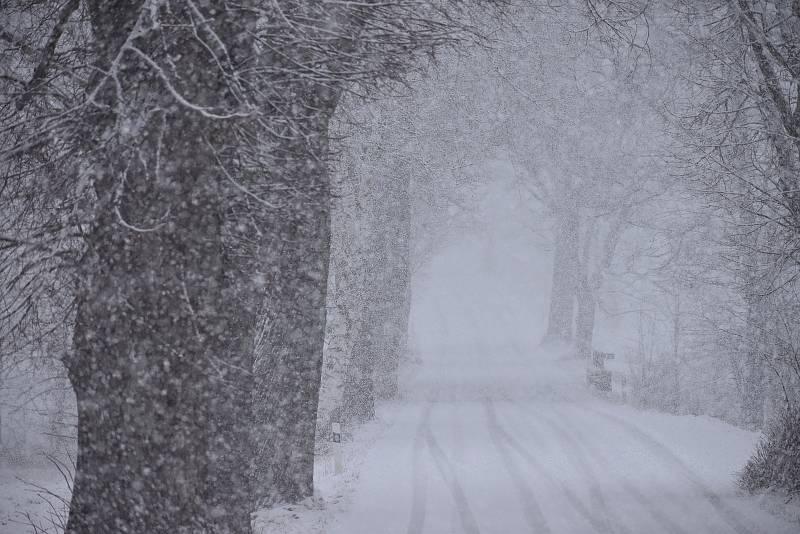 Na rozloučenou se zima dnes ráno vzedmula k poslednímu sněhovému vzkazu.