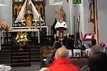 V sobotu se v chrámu Nanebevzetí Panny Marie v Polici nad Metují sešlo přes osmdesát poutníků z celého okolí s odhodláním vyšlápnout si po památné vambeřické poutní cestě.
