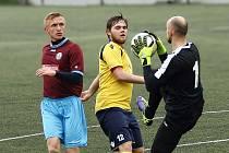 NÁCHODSKÝ brankář František Baláž za dohledu Jana Hable kryje míč před novoměstským útočníkem Vilémem Maurem (žlutý dres).