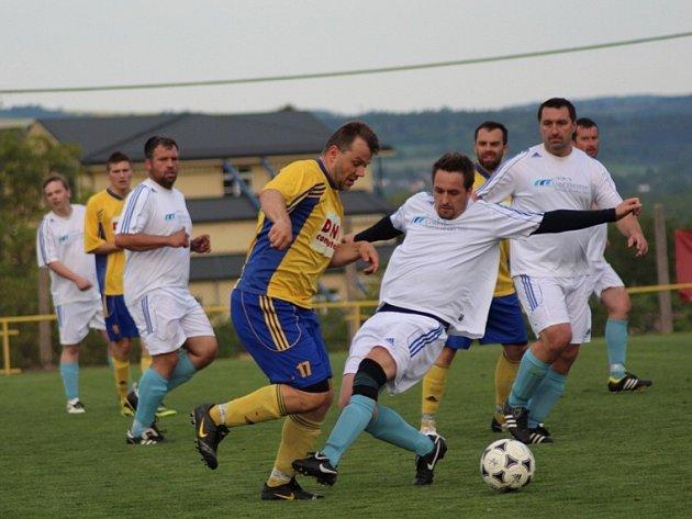 ČESKOSKALICKÝ kanonýr Jan Valeš (ve žlutém) se prodírá obranou Velichovek. Skalický snajpr se nakonec na vysokém vítězství domácích podílel dvěma góly.