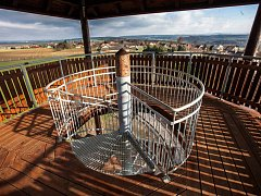 Nová rozhledna obci Žernov. Nachází se ve výšce 375 metrů nad mořem a za dobré viditelnosti jsou z ní vidět Krkonoše, Jestřebí hory, Orlické hory, Polabí.
