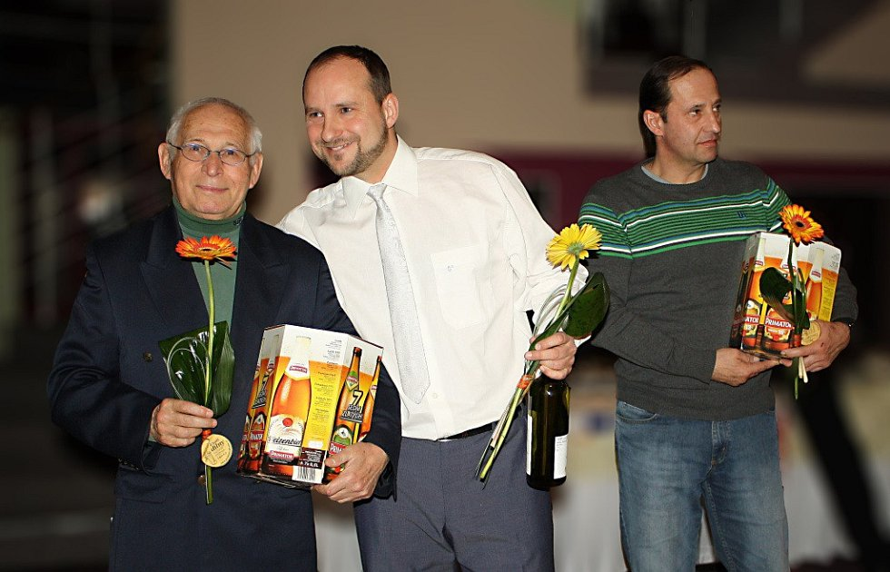 KRÁLOVÉHRADECKÝ krajský atletický svaz si připravil překvapení i pro úspěšné trenéry zleva Jaroslav Nohejl, Vítězslav Perun a Miloš Havelka.