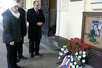 Řada pietních aktů k uctění památky Václava Havla se včera uskutečnila v Náchodě. Lidé podepisovali kondolenční listiny, zapalovali svíčky, vedení města položilo věnec před radnici.