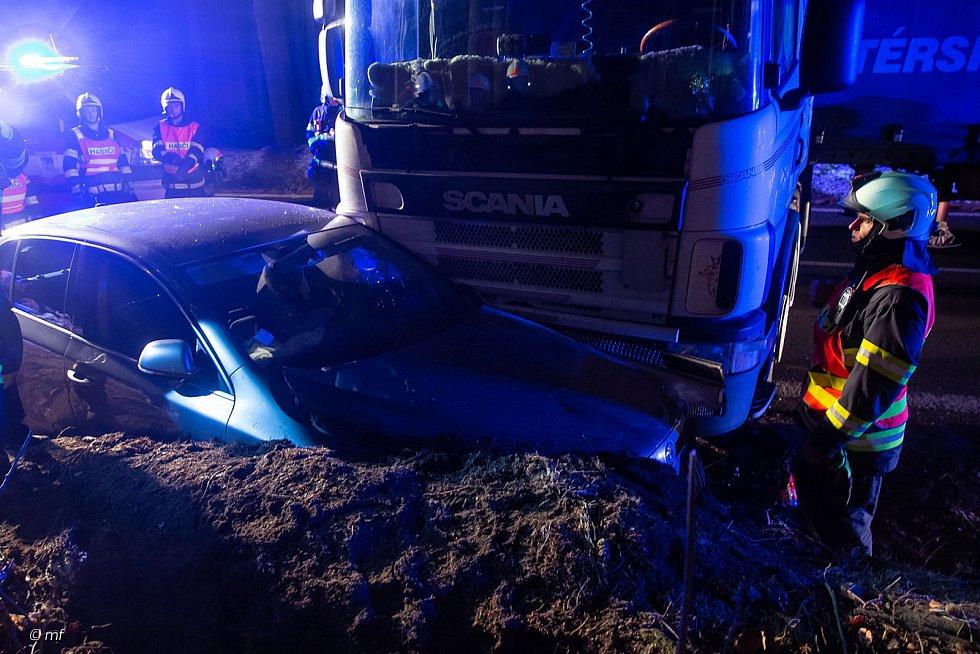 Nehoda kamionu a osobního vozu značky Škoda na silnici první třídy mezi Novým Městem nad Metují a Náchodem.