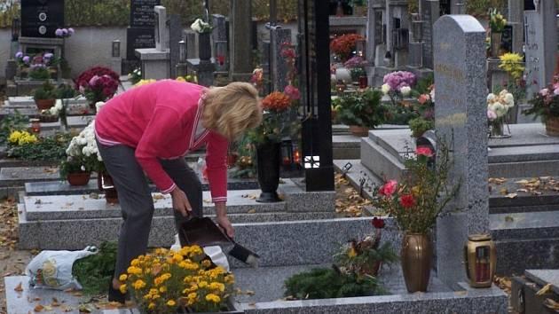 V OBDOBÍ Památky zesnulých se hroby plní květinami, věnci či svíčkami  daleko více než jindy.