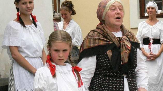 Na Starém bělidle čekala babička s Barunkou, Adélkou a dalšími dětmi.