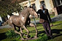 Autorem sochy Peruána je jaroměřský sochař Petr Novák.