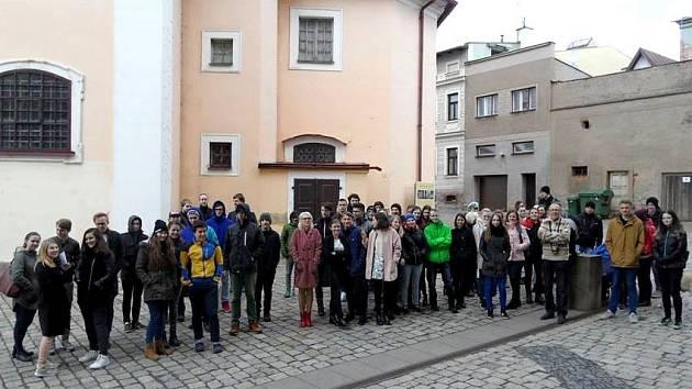 TICHÝ PROTEST STUDENTŮ před budovou broumovského gymnázia.