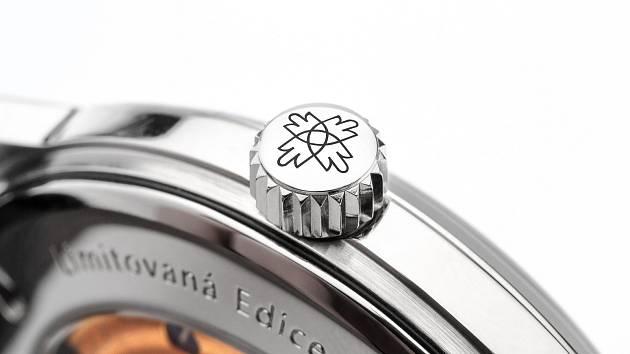 Piktogram Novoměstských oblouků - nový symbol pro hodinky s manufakturním mechanickým strojkem PRIM - je umístěn na můstku setrvačky.