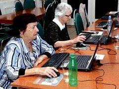 Senioři komunikují - počítačový kurz pro důchodce v Červeném Kostelci.