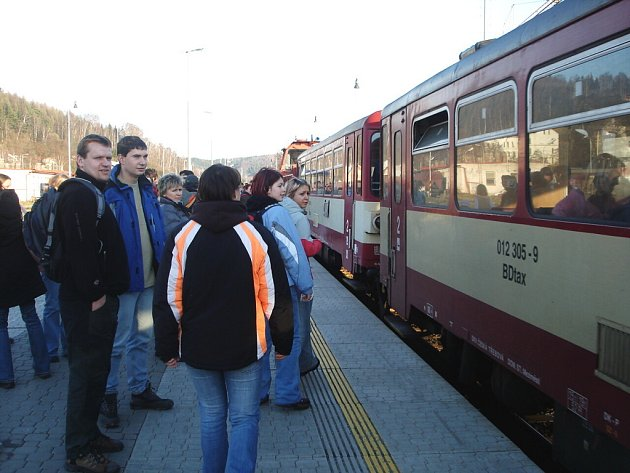 CESTUJÍCÍ z Náchoda (na snímku) budou moci brzy využít více železničních spojů.