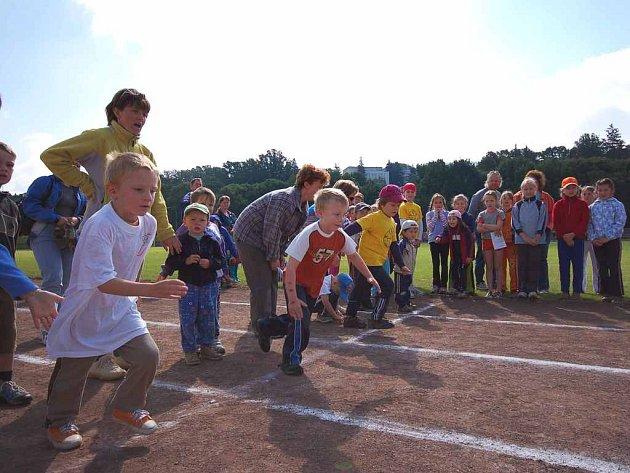 Nadějní atleti , kteří se zúčastnili okresního kola atletických jednotlivců, konaného v Náchodě na  Hamrech.