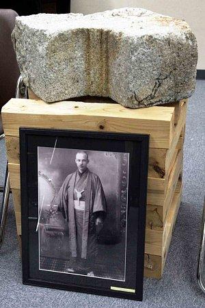 ARTEFAKT ZATOMOVÉHO DÓMU, který se dostal darem do České republiky. Vystaven bude také vNáchodě. Architekt Jan Letzel, rodák zNáchoda, je zachycen na snímku pod kamenem.