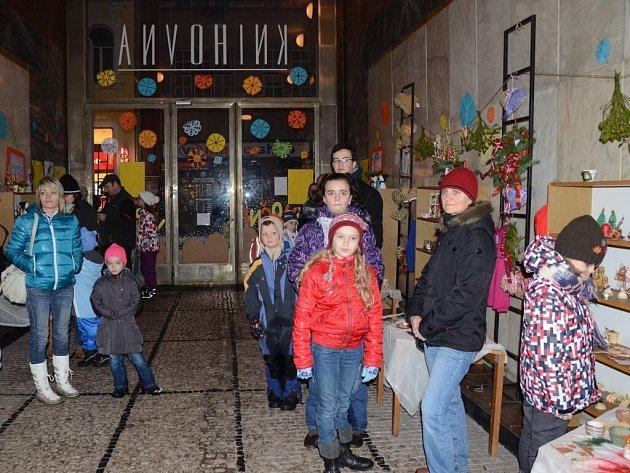 Děti dětem. Výstava ve vstupní hale náchodské knihovny.