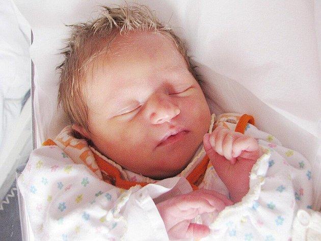 ADÉLKA HRUBÁ se narodila 15. června 2010 ve 12:15 hodin. Spolu se svou novorozenou sestřičkou – dvojčátkem Sandrou, s rodiči Janou a Patrikem, a s bráškou Martinem (5), má domov ve Velkých Petrovicích.