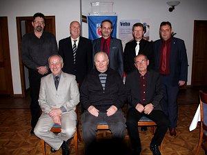 Přišli: M. Malý (vlevo stojí), po jeho levici M. Hofman, J. Mach (vlevo sedí), S. Polomský (uprostřed sedí) a J. Macháček (vpravo sedí). Děkovali předseda KFS V. Andrejs (vpravo stojí), předseda OFS P. Vítek (uprostřed stojí) a místopředseda OFS P. Vokál.